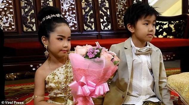 Cặp sinh đôi Thái Lan được tổ chức hôn lễ vì gia đình tin rằng 2 em là người tình kiếp trước - Ảnh 2.