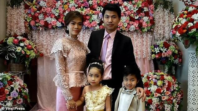 Cặp sinh đôi Thái Lan được tổ chức hôn lễ vì gia đình tin rằng 2 em là người tình kiếp trước - Ảnh 1.