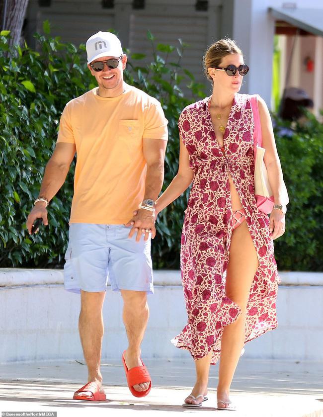 Cổ tích tình yêu giản dị giữa showbiz: 17 năm bên nhau, tài tử Mark Wahlberg vẫn luôn nắm chặt tay vợ như mới yêu - Ảnh 11.