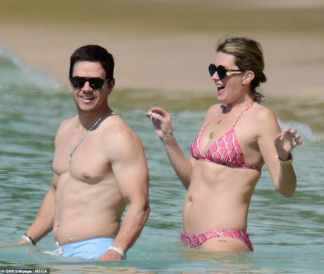 Cổ tích tình yêu giản dị giữa showbiz: 17 năm bên nhau, tài tử Mark Wahlberg vẫn luôn nắm chặt tay vợ như mới yêu - Ảnh 3.