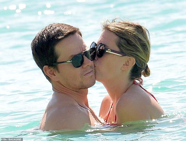 Cổ tích tình yêu giản dị giữa showbiz: 17 năm bên nhau, tài tử Mark Wahlberg vẫn luôn nắm chặt tay vợ như mới yêu - Ảnh 5.