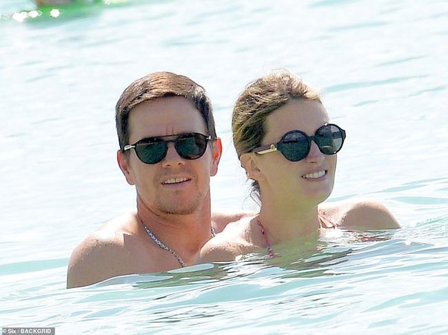 Cổ tích tình yêu giản dị giữa showbiz: 17 năm bên nhau, tài tử Mark Wahlberg vẫn luôn nắm chặt tay vợ như mới yêu - Ảnh 7.