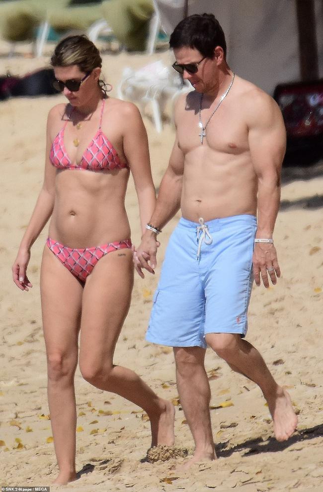 Cổ tích tình yêu giản dị giữa showbiz: 17 năm bên nhau, tài tử Mark Wahlberg vẫn luôn nắm chặt tay vợ như mới yêu - Ảnh 1.