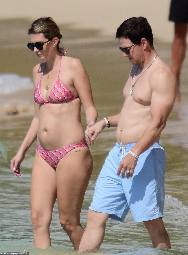 Cổ tích tình yêu giản dị giữa showbiz: 17 năm bên nhau, tài tử Mark Wahlberg vẫn luôn nắm chặt tay vợ như mới yêu - Ảnh 2.