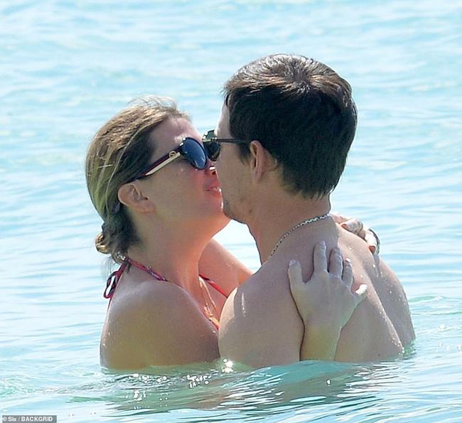 Cổ tích tình yêu giản dị giữa showbiz: 17 năm bên nhau, tài tử Mark Wahlberg vẫn luôn nắm chặt tay vợ như mới yêu - Ảnh 4.