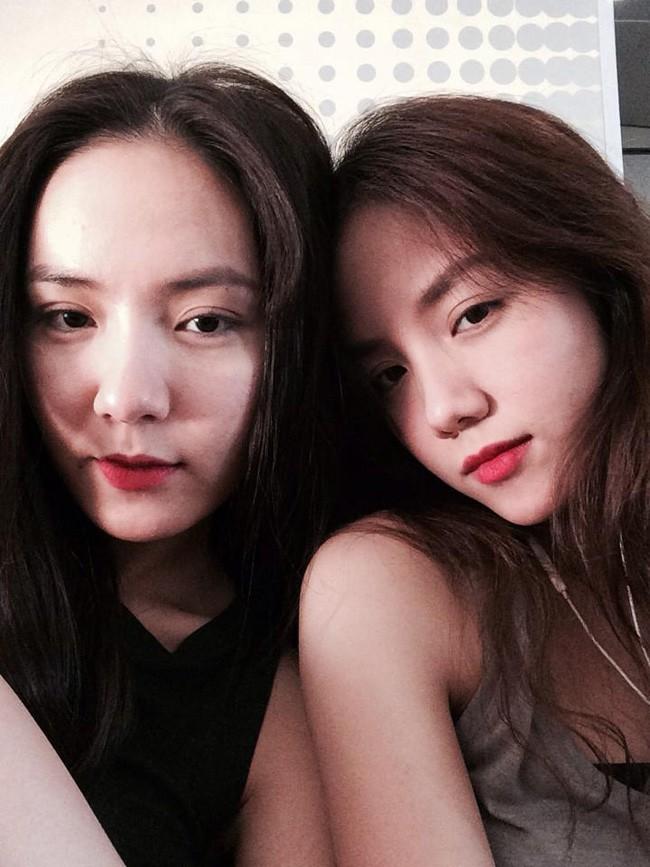 Chỉ 1 bức ảnh Phương Ly tạo dáng cùng mẹ và chị gái, fan nhận ra ngay máu lầy lội này là do di truyền - Ảnh 2.