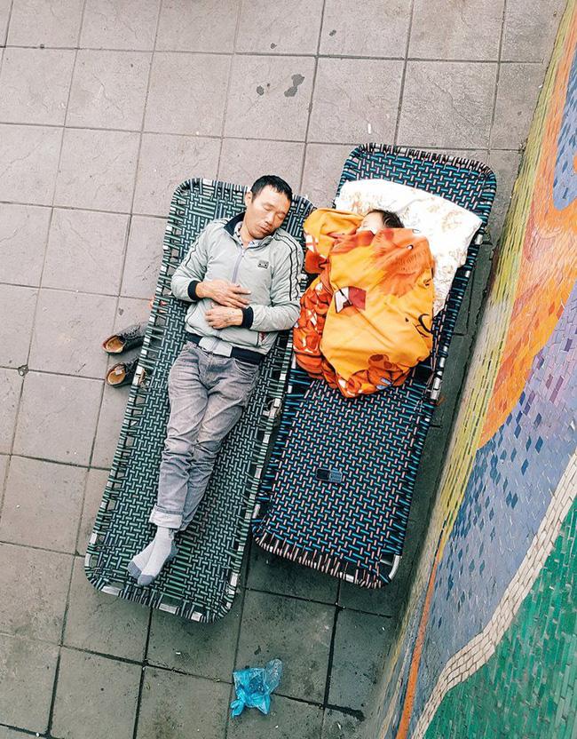 Dân mạng tranh nhau kể vô vàn câu chuyện cảm động đằng sau bức ảnh hai cha con say giấc trên vỉa hè Hà Nội - Ảnh 1.