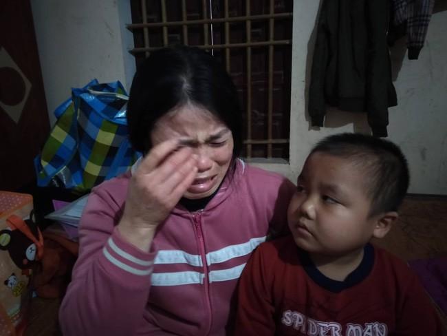 """Câu hỏi của con trai 7 tuổi mắc bệnh ung thư máu khiến người mẹ khóc nghẹn: """"Nếu bán nhà thì mẹ con mình ở đâu hả mẹ?"""" - Ảnh 1."""