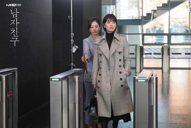 Với 4 tips diện đồ ai cũng học được, Song Hye Kyo vừa hóa nữ thần công sở lại cưa đổ trai trẻ trong Encounter - Ảnh 1.