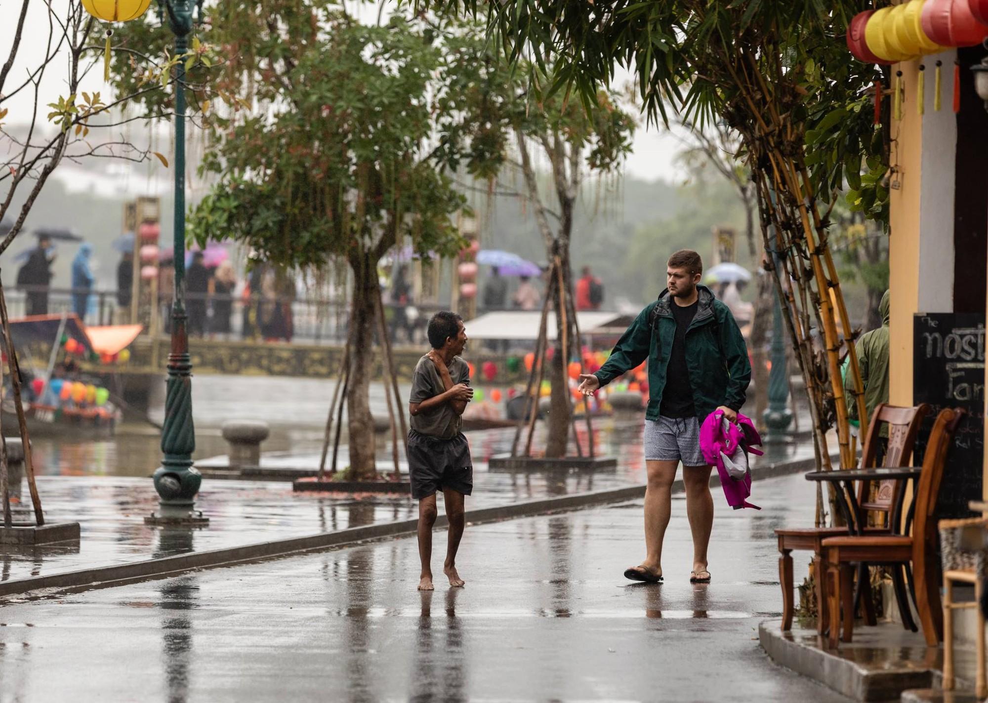 Hình ảnh chàng trai ngoại quốc đuổi theo, tặng chiếc áo ấm cho người đàn ông co ro giữa mưa lạnh ở Hội An khiến nhiều người ấm lòng - Ảnh 3.