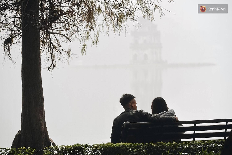 Chùm ảnh: Sáng cuối tuần, sương mù dày đặc phủ kín Hà Nội khiến người dân ngỡ như đang ở Sapa - Ảnh 5.