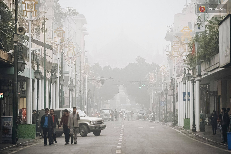 Chùm ảnh: Sáng cuối tuần, sương mù dày đặc phủ kín Hà Nội khiến người dân ngỡ như đang ở Sapa - Ảnh 8.