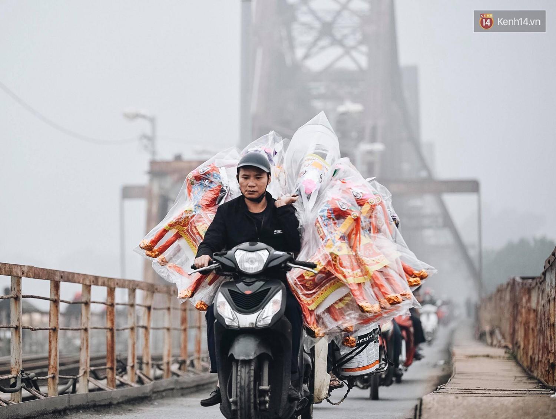 Chùm ảnh: Sáng cuối tuần, sương mù dày đặc phủ kín Hà Nội khiến người dân ngỡ như đang ở Sapa - Ảnh 7.