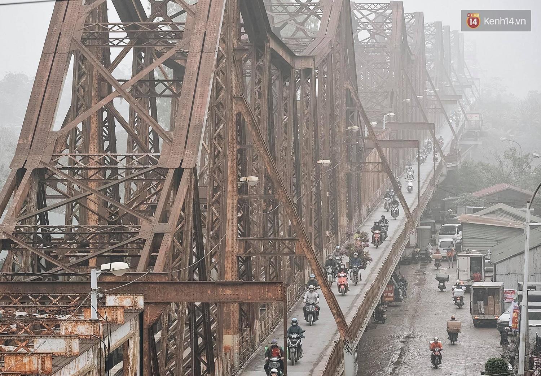 Chùm ảnh: Sáng cuối tuần, sương mù dày đặc phủ kín Hà Nội khiến người dân ngỡ như đang ở Sapa - Ảnh 6.