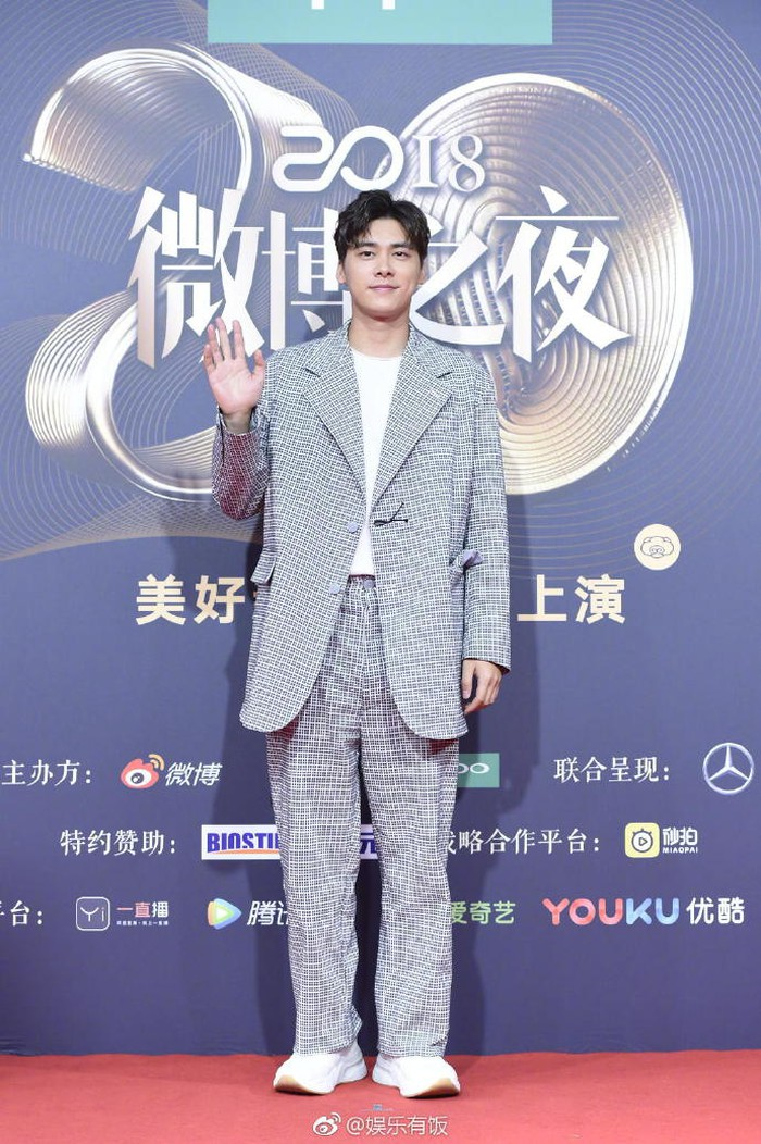 Đêm hội Weibo 2018: Vương Tư Thông nhai kẹo cao su khi lên trao giải, Lý Dịch Phong đùa với Địch Lệ Nhiệt Ba về 'mùi rắm'
