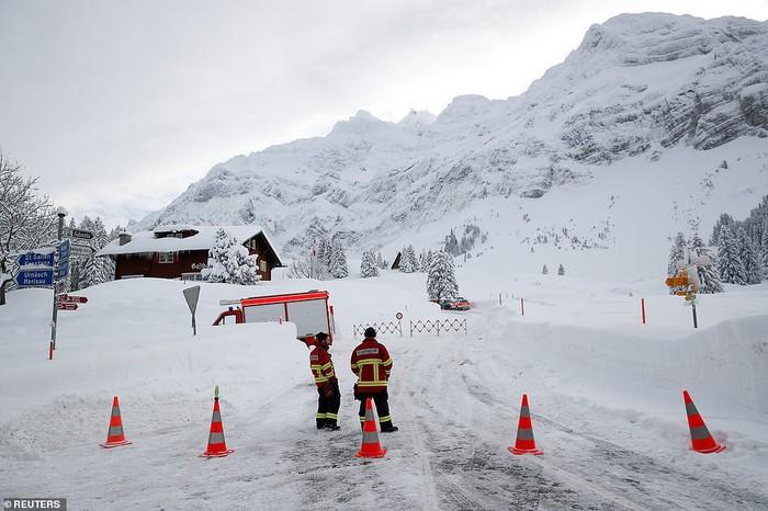 Toàn cảnh tuyết rơi kinh hoàng ở Châu Âu, hàng chục người chết