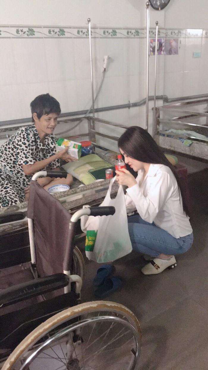 Á hậu Thư Dung trao quà Tết cho các cụ già tại nhà dưỡng lão Tân Thông - Củ Chi