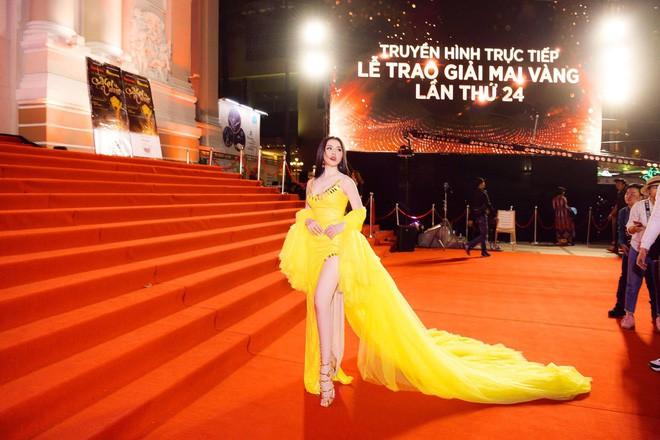 Những lần sao Việt làm lố trên thảm đỏ sự kiện: Người không mời cũng tới, kẻ diện đồ gây tranh cãi để nổi bật - Ảnh 1.
