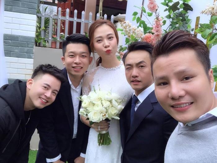 Mẹ Cường Đô La lau nước mắt trong lễ ăn hỏi con trai và Đàm Thu Trang