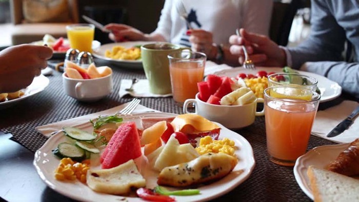 Cách nào để ăn uống thả ga ngày Tết mà không lo hỏng dáng?