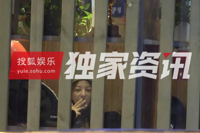 HOT: Triệu Vy bị bắt gặp thân mật hôn trai lạ giữa đêm khuya - Ảnh 2.
