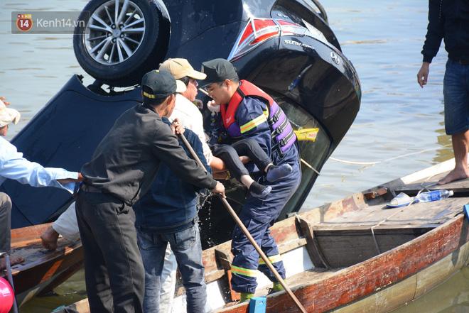 Vụ ô tô chở cả gia đình lao xuống sông ở Hội An, 3 người tử vong: Cháu bé còn sống duy nhất vẫn đang hoảng loạn tinh thần - Ảnh 1.
