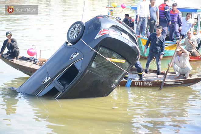 Vụ ô tô chở cả gia đình lao xuống sông ở Hội An, 3 người tử vong: Cháu bé còn sống duy nhất vẫn đang hoảng loạn tinh thần - Ảnh 2.