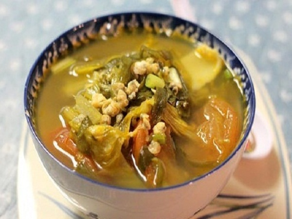 Canh cải chua thịt bằm ngọt thanh với vị chua và mùi thơm dịu gúp bữa cơm chiều thêm ngon miệng