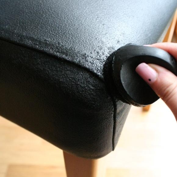 Dùng xi đánh giày sẽ giúp bạn che đậy được những vết xước trên sofa bọc da. Bạn chỉ cần dùng xi chà lên những chỗ trầy xước thì chiếc sofa nhà bạn sẽ trở lại như mới.