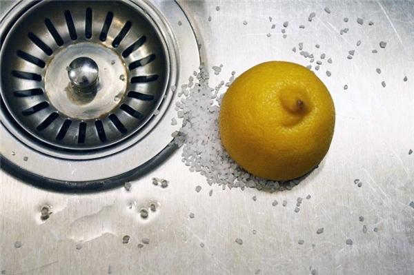 Để loại bỏ những vết gỉ sắt trên đồ kim loại, bạn hãy sử dụng chanh sau đó nhúng vào muối ăn, nếu có muối hột thì càng tốt. Dùng miếng chanh này chà lên những vết gỉ và những vết gỉ này sẽ nhanh chóng bị bong ra.