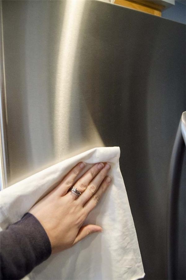 Với những đồ dùng làm bằng thép không gì, dùng khăn mềm hoặc bông gòn và tẩm thêm dầu dưỡng da em bé. Dùng khăn này chùi lên đồ dùng nhà bạn và chúng sẽ trở nên sáng bóng ngay lập tức.