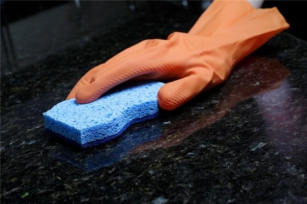 Dùng hỗn hợp gồm 2 cốc nước, 1/4 cốc cồn và 5-6 giọt nước rửa chén để vệ sinh màn bàn bếp làm bằng đá granit. Sử dụng hỗn hợp này sẽ giúp cho mặt bếp sạch sẽ nhanh hơn.