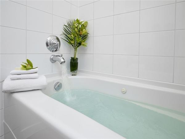 Còn đối với phía trong bồn tắm, bạn hãy đổ nước nóng đầy bồn và cho vào một muỗng thuốc tẩy rồi để qua đêm. Đảm bảo bồn tắm của bạn sẽ trắng sáng như mới.