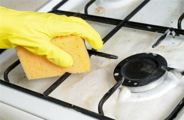 Để làm sạch bếp ga, dùng hỗn hợp dạngđặc gồmnước, baking soda và oxy già. Sau đó hãy phết hỗn hợp này lên bếp và để yên trong khoảng 5-10 phút. Dùng một miếng khăn khô để lau sạch lại là chiếc bếp ga nhà bạn đã được thay áo mới.