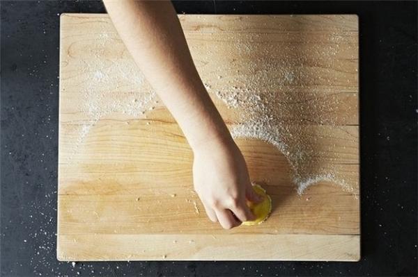 Đối với thớt gỗ, dùng muối rắc lên mặt thớt và sau đó dùng chanh chà lên mặt thớt. Muối sẽ giúp loại bỏ những vết bẩn còn chanh sẽ khử mùi và vi khuẩn cho chiếc thớt nhà bạn thơm tho hơn và sạch sẽ hơn.