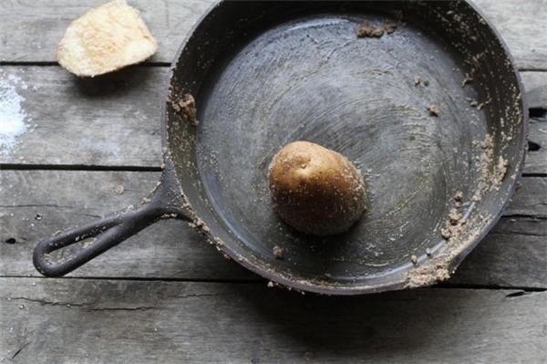 Để loại bỏ lớp gỉ sét trên chảo sắt, rưới muối ăn vào lòng chảo. Tiếp đến, cặt đôi một củ khoai tây đề kỳ cọ chảo. Để một vài phút, sau khi lớp gỉ sét bong tróc hết hãy dùng xà phòng để rửa sạch. Nếu muốn chiếc chảo nhà mình không còn bị gỉ sét nữa, bạn hãy lau chảo thật khô và cho vào một ít dầu ăn. Dùng khăn giấy lau cho lớp dầu ăn bám trên toàn bộ mặt chảo. Sau đó, bạn đặt chảo lên bếp để lửa nhỏ trong khoảng 30 phút thì chiếc chảo nhà bạn sẽ không bị gỉ sét nữa.