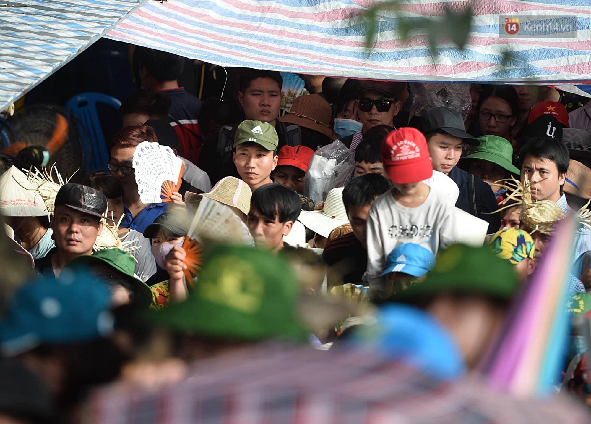 Gần 5 vạn du khách đổ về Chùa Hương trước một ngày khai hội - Ảnh 4.