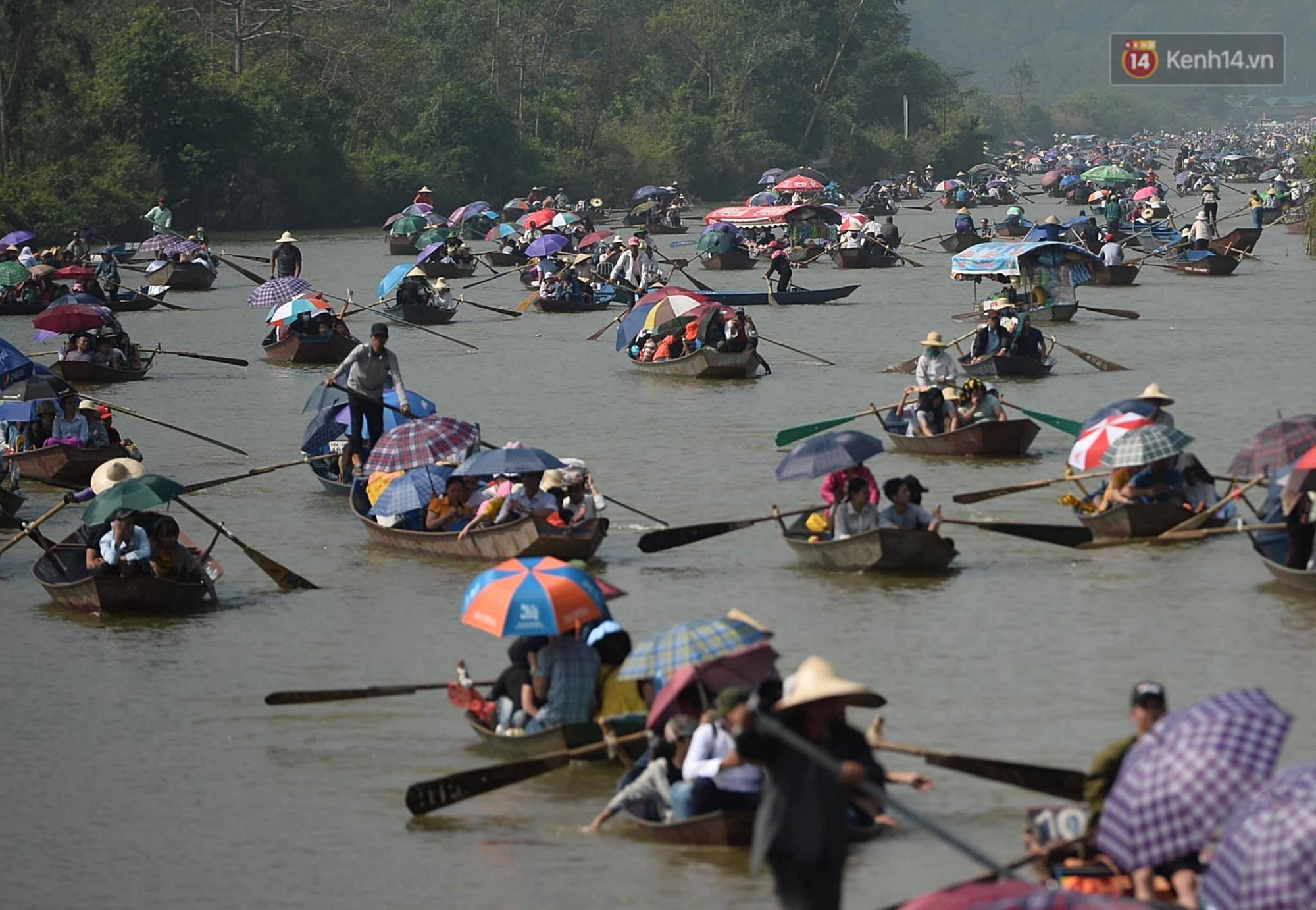 Gần 5 vạn du khách đổ về Chùa Hương trước một ngày khai hội - Ảnh 1.