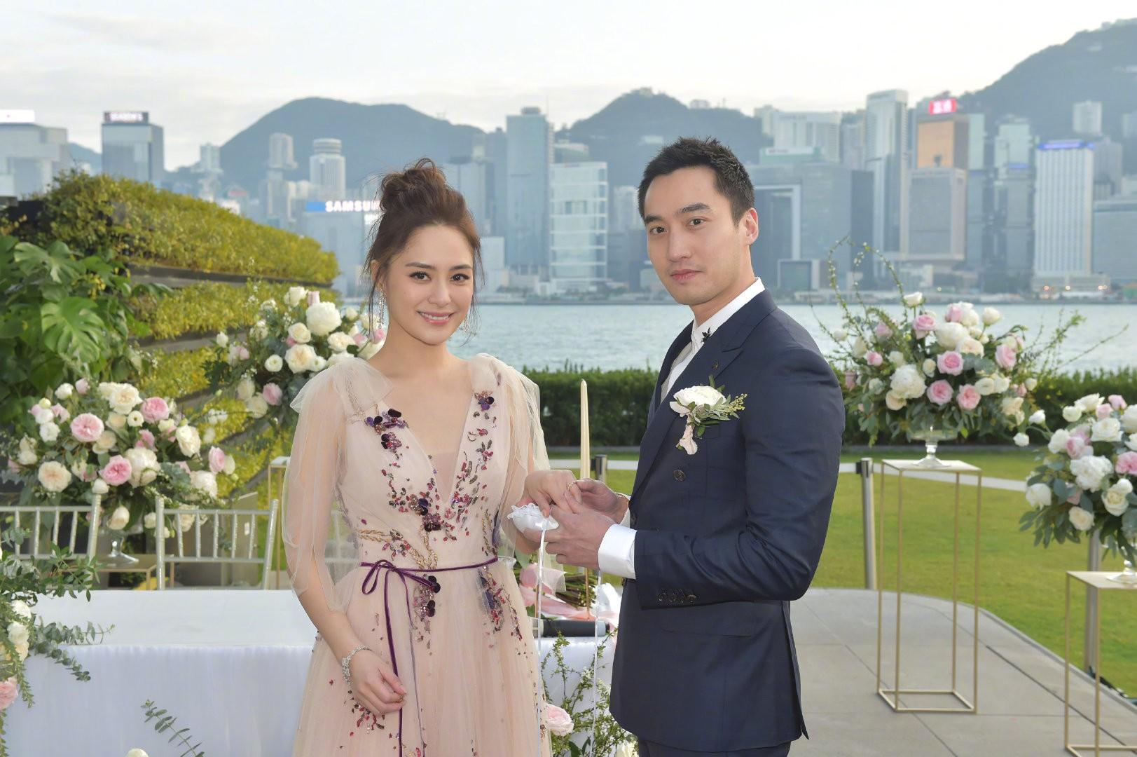 Cưới nhau được 2 tháng, Chung Hân Đồng thừa nhận trục trặc tình cảm với ông xã đào hoa - Ảnh 1.