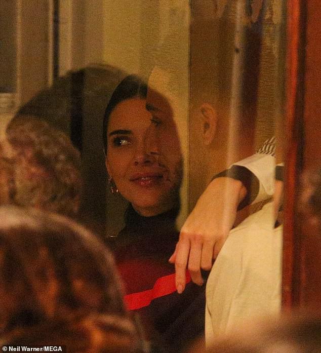 Kendall Jenner ôm hôn bạn trai cao 2m08 không rời trong nhà hàng, F.A nào nhìn vào cũng phải ghen tị! - Ảnh 1.