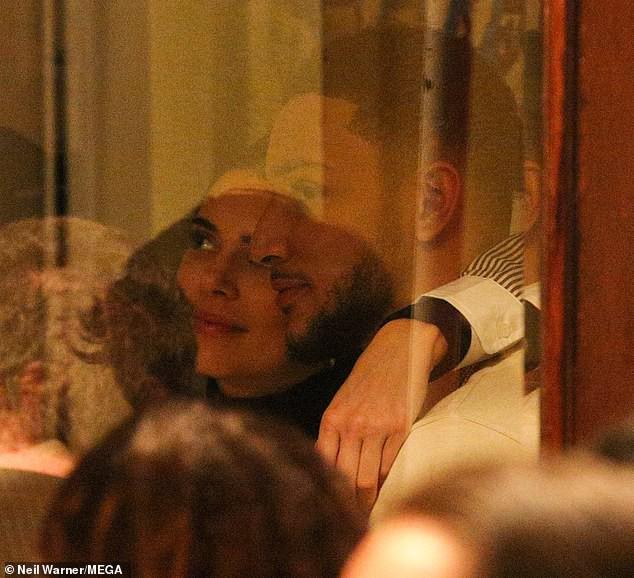 Kendall Jenner ôm hôn bạn trai cao 2m08 không rời trong nhà hàng, F.A nào nhìn vào cũng phải ghen tị! - Ảnh 4.