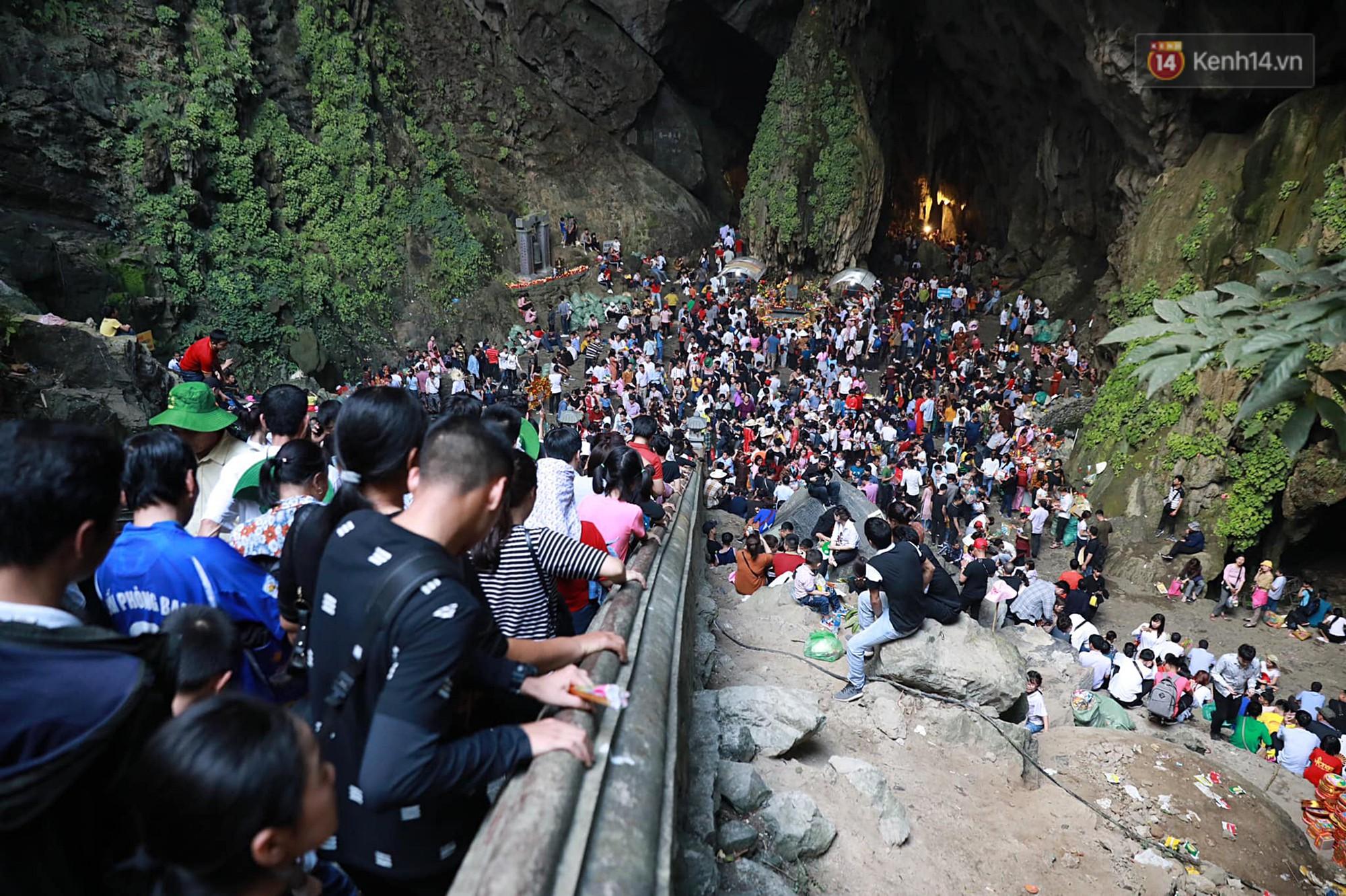 Gần 5 vạn du khách đổ về Chùa Hương trước một ngày khai hội - Ảnh 11.