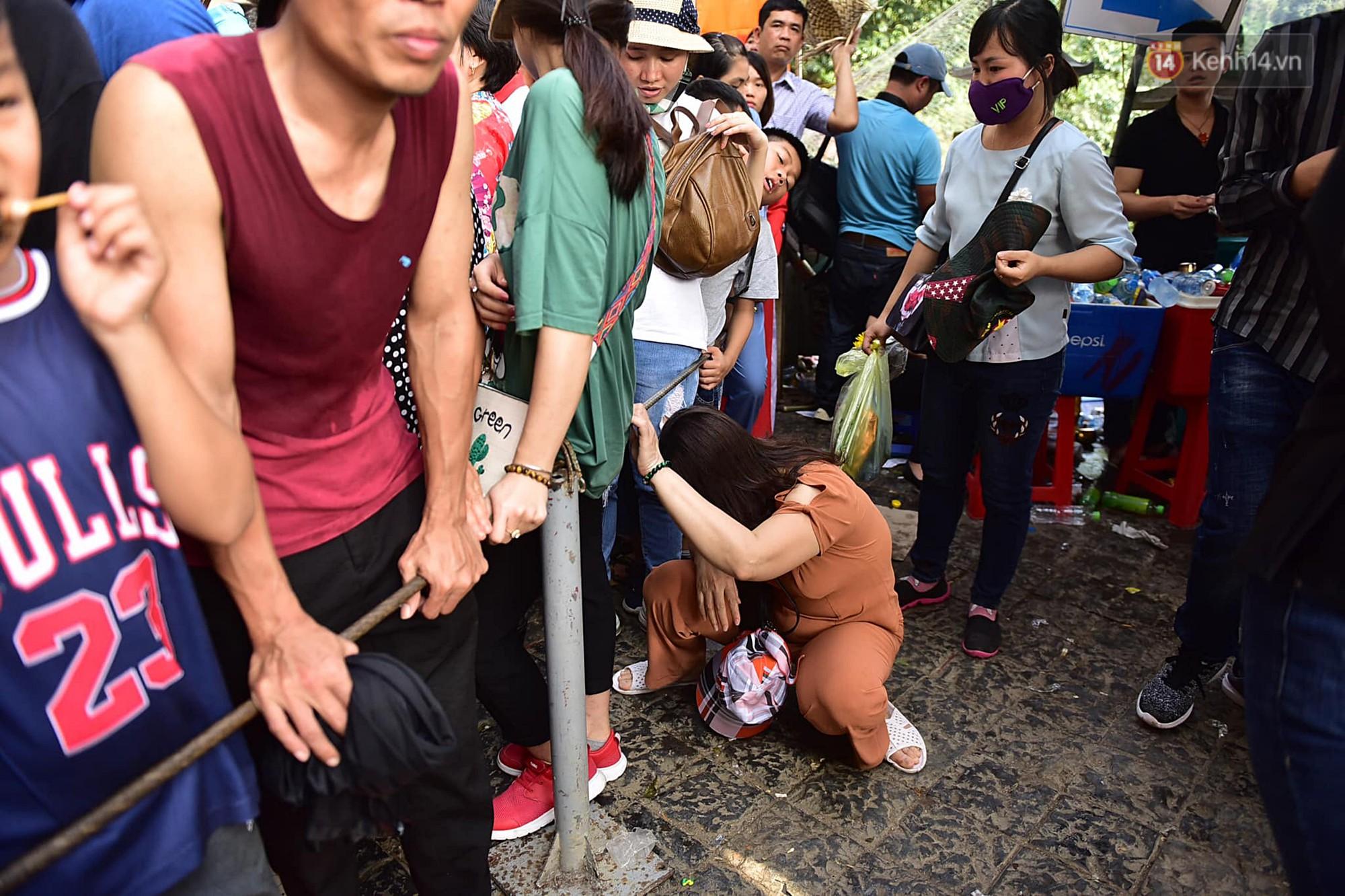 Gần 5 vạn du khách đổ về Chùa Hương trước một ngày khai hội - Ảnh 10.