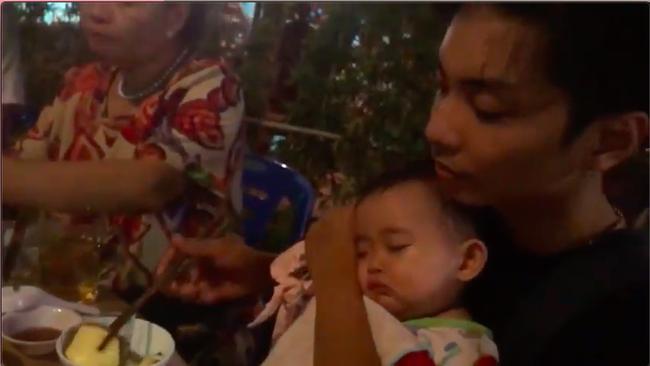 Vừa ăn mừng năm mới vừa bế con ngủ say, Phan Hiển chứng minh mình là ông bố bỉm sữa đảm nhất năm - Ảnh 5.