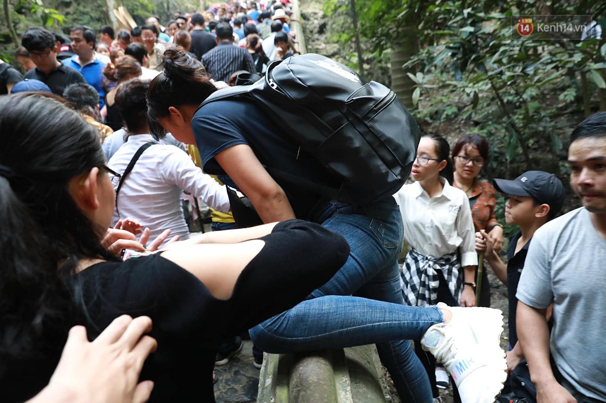 Gần 5 vạn du khách đổ về Chùa Hương trước một ngày khai hội - Ảnh 9.