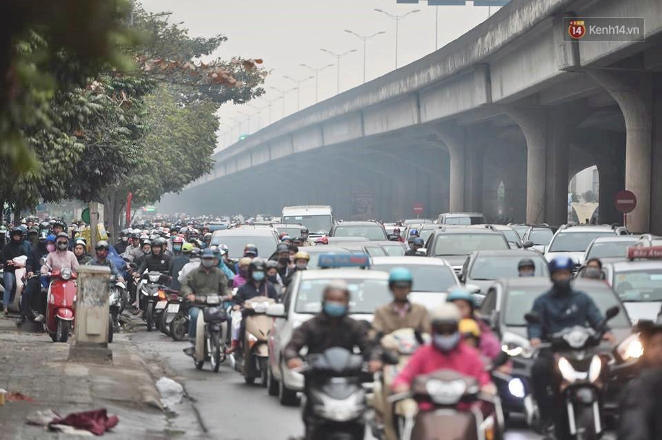 Hà Nội: Người dân vừa chạy xe vừa ngáp ngắn ngáp dài trong buổi sáng làm việc đầu tiên sau kỳ nghỉ Tết Kỷ Hợi - Ảnh 1.