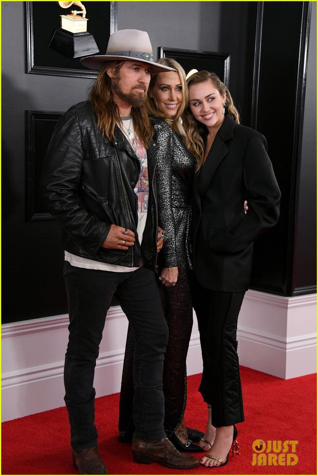 Cô dâu mới hạnh phúc nhất thế giới Miley Cyrus diện áo khoét ngực, cười thả ga trên thảm đỏ Grammy 2019 - Ảnh 3.