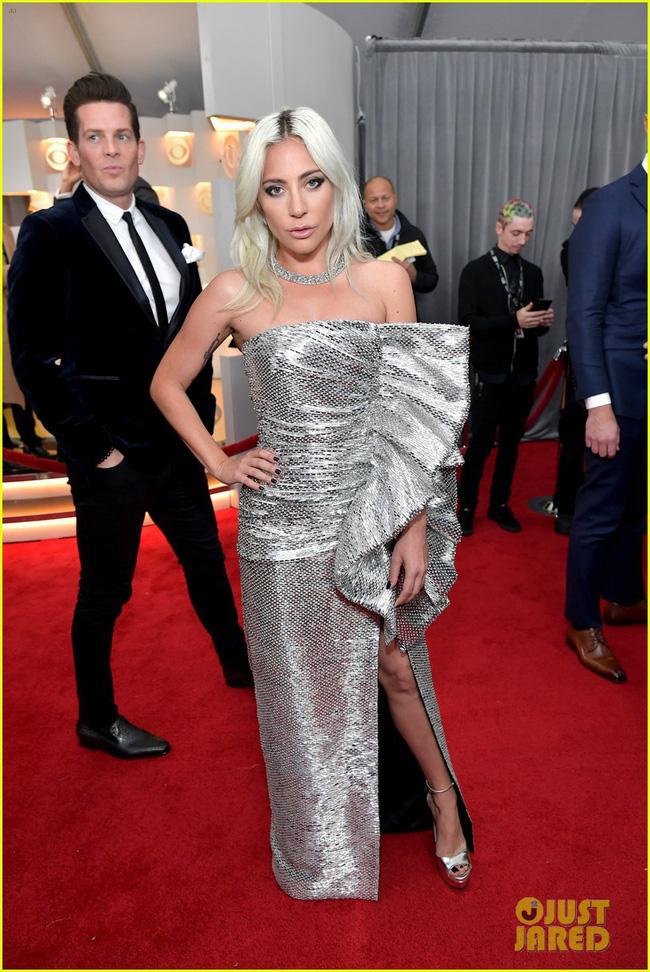 Cô dâu mới hạnh phúc nhất thế giới Miley Cyrus diện áo khoét ngực, cười thả ga trên thảm đỏ Grammy 2019 - Ảnh 7.