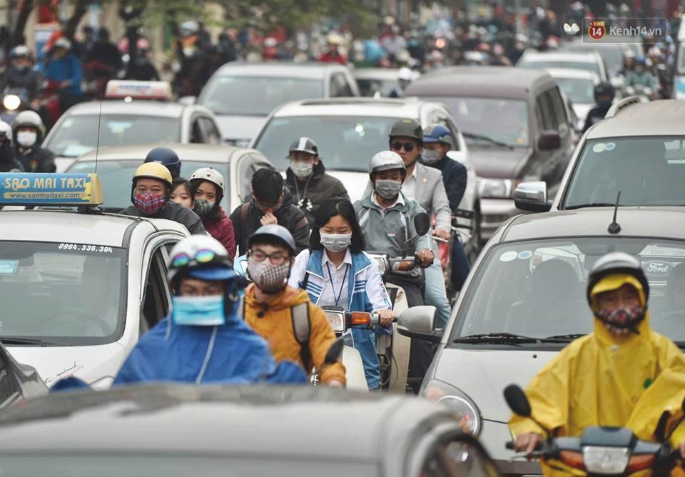 Hà Nội: Người dân vừa chạy xe vừa ngáp ngắn ngáp dài trong buổi sáng làm việc đầu tiên sau kỳ nghỉ Tết Kỷ Hợi - Ảnh 2.