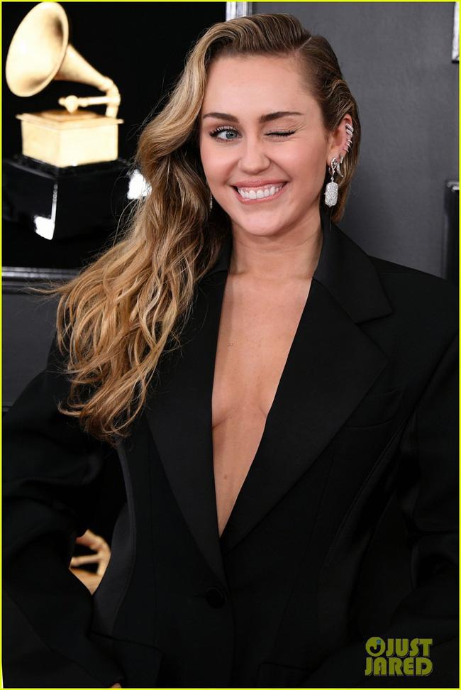 Cô dâu mới hạnh phúc nhất thế giới Miley Cyrus diện áo khoét ngực, cười thả ga trên thảm đỏ Grammy 2019 - Ảnh 4.